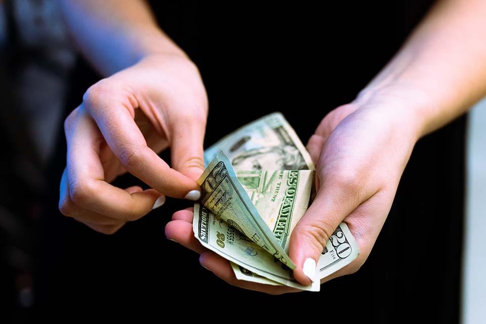 面對突如其來的資金周轉問題,如果需要的資金並不大,很多人往往會尋求小額借款台中地區來取得金錢援助,以下我們將為您解釋小額借款是什麼?以及證件小額借款是否可行。廣義上來說,小額借款泛指的是所有的個人小額信用貸款,由於需求的資金不大,借款人通常不需要提供等值抵押品,以自身的信用狀況來向銀行或者民間借款機構來辦理貸款進而取…
