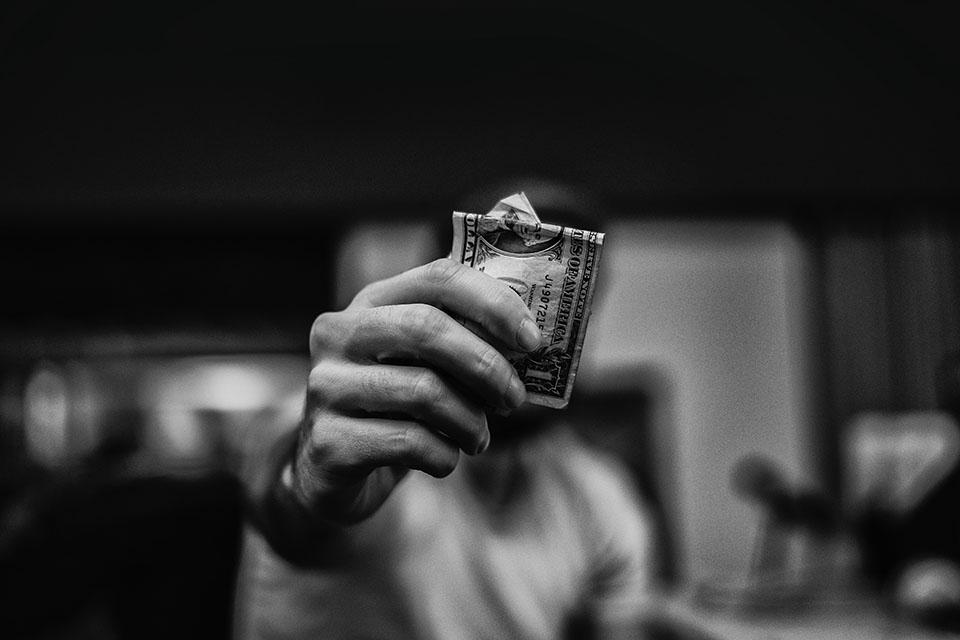 現在許多人都遠離家鄉在外地工作,總會擔心沒錢怎麼活。遇到幾次薪水不夠用的日子,每每到了發薪日,正想要好好犒賞自己時,結果一個不小心花過頭,還沒到月底身上又沒錢了,或者是突如其來的開銷讓你的財政吃緊,周轉困難,只好每天吃泡麵、麵包配開水,內心祈禱下個發薪日能快點到,其實你還可以來到台中合法當舖尋求協助,渡過人生的起伏,確…