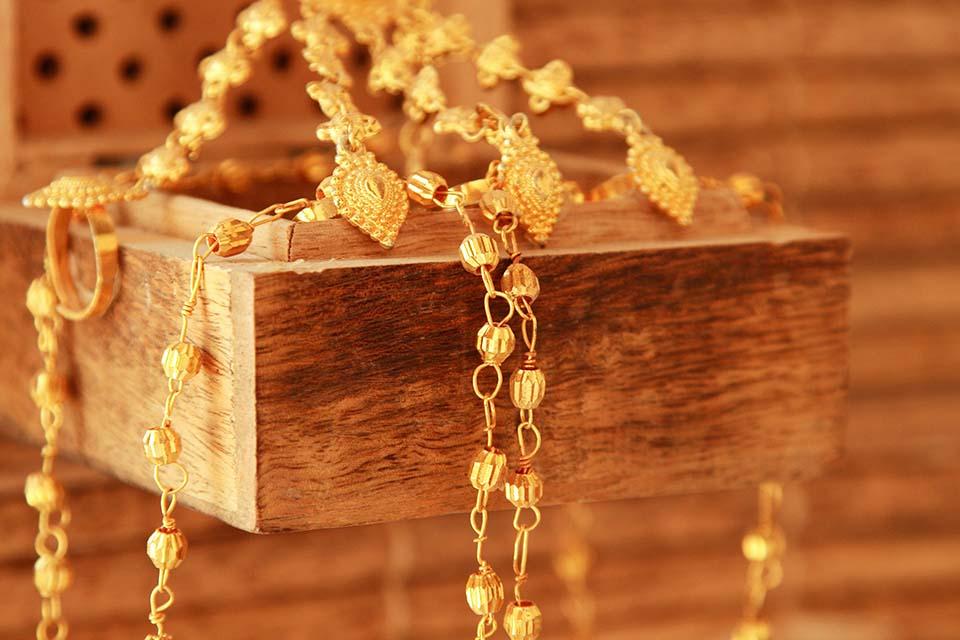 金飾回收時最擔心被扣除失重而少收錢,因此今天台中黃金回收當舖將帶您了解金飾回收價格相關資訊,並搞懂黃金回收價為什麼有的管道會扣除失重!全世界的人們都喜歡黃金,因為其價格穩定、價值高,加上閃耀奪目的金黃色給人一種高貴的感覺。由於台灣習俗會在結婚或是至親好友的小孩彌月、周歲等節日都會送上黃金飾品做為禮品,所以普遍的人們都…