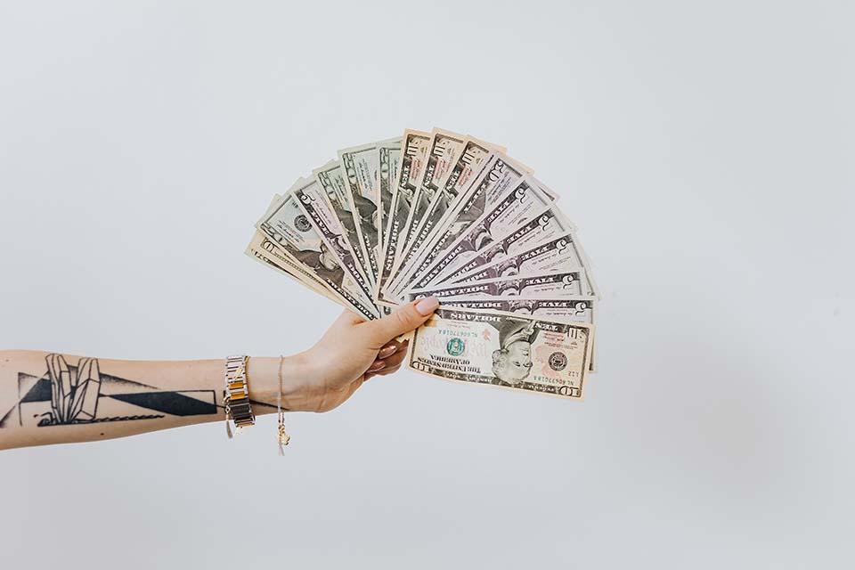 """來當鋪借款卻不知道當舖利息算法,不僅容易掉入陷阱,還可能被高額當鋪利息逼到無路可退,所以借款之前要特別注意,千萬不要病急亂投醫。許多地下錢莊或是非法高利貸常常會在門口擺個招牌寫個""""當""""字,用來混淆民眾,讓民眾誤以為那就是合法的當舖,其實是不是合法當舖看招牌並不準確,除了政府核發的許可證之外,還是要清楚了解每個當舖業務…"""